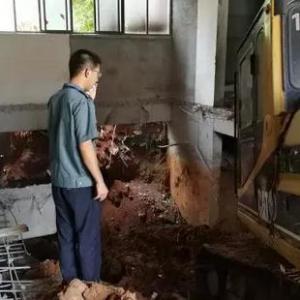 挖掘机开进楼挖5米大坑 惊动多个政府部门